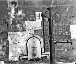 1024px-John_Lennon_-_Prag_-_1981